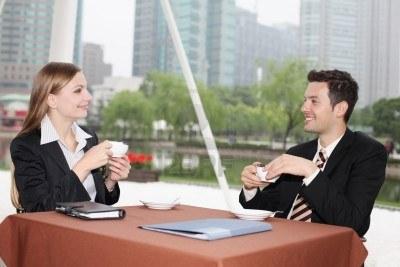 Znamená pozvanie na kávu hneď pozvanie na rande?